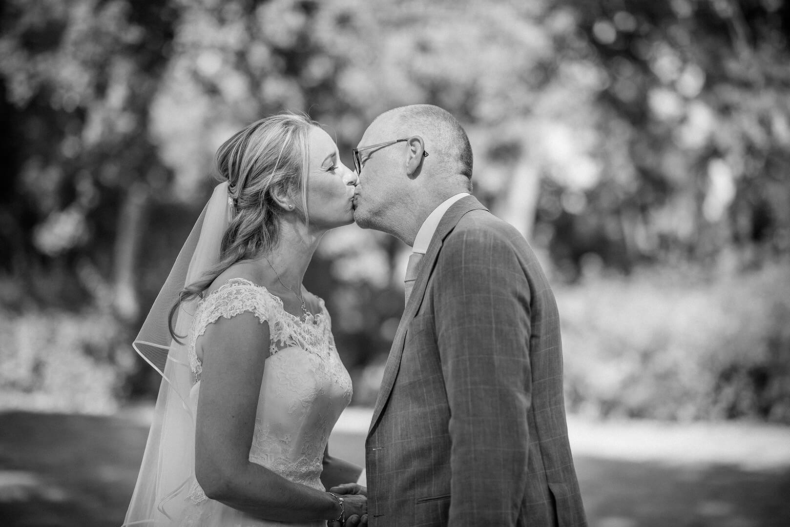 Photo en noir et blanc, un couple s'embrasse