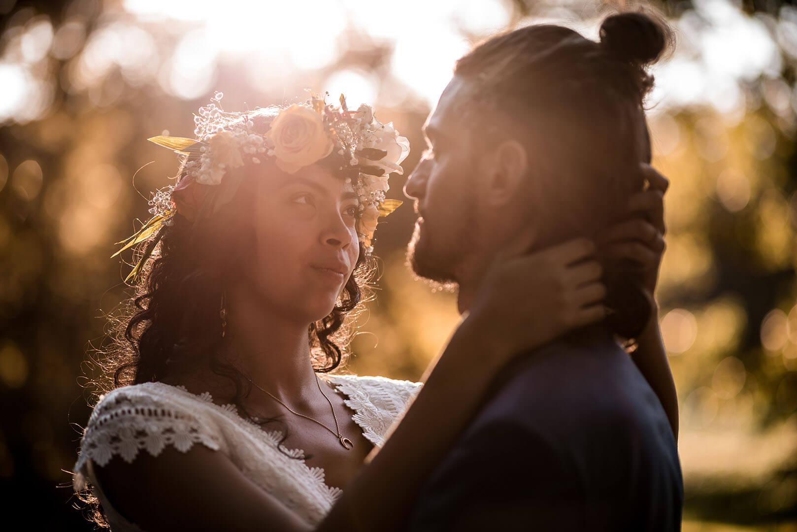 Un couple enlacé devant un coucher de soleil