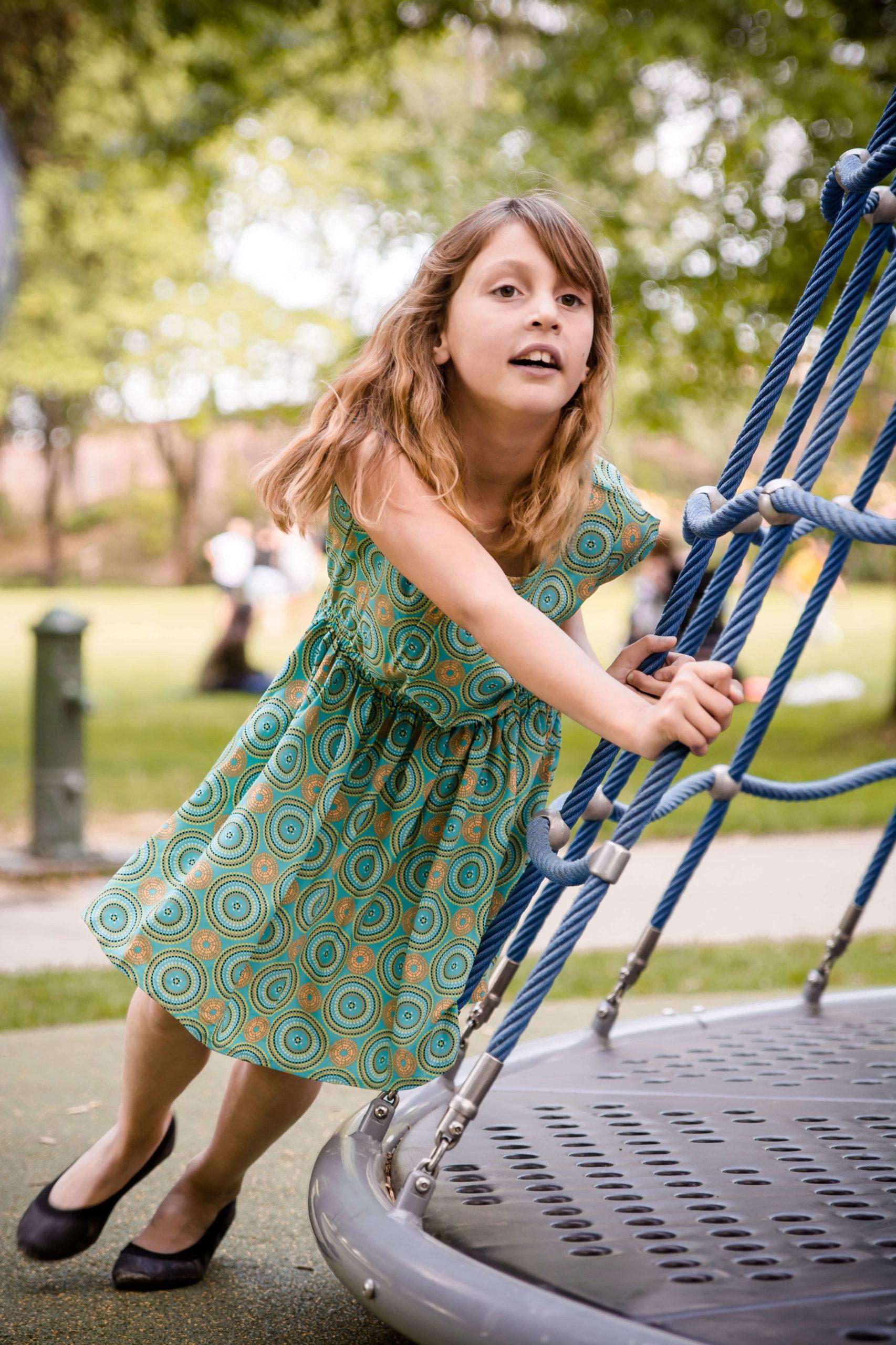Photo d'une petite fille en train de jouer.