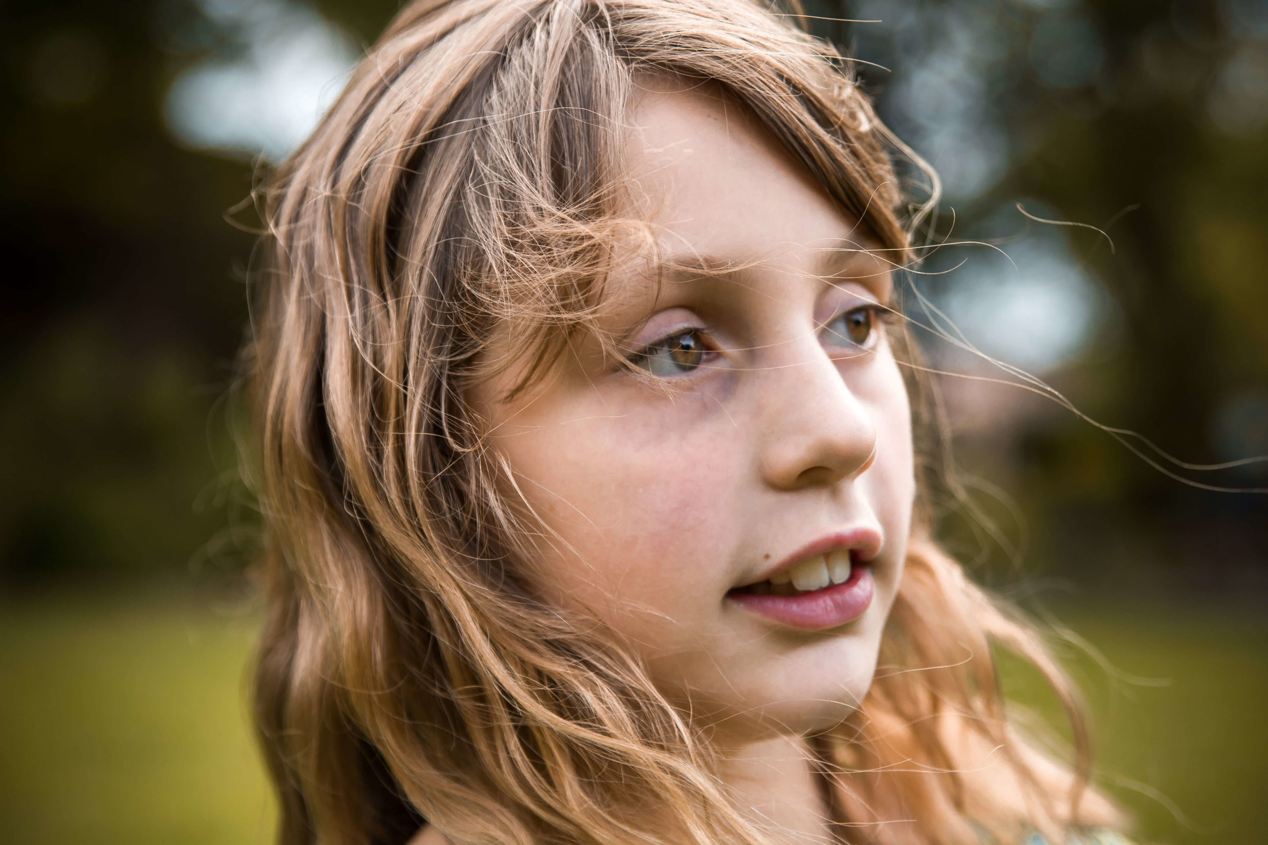 Portrait d'une petite fille, les cheveux au vent.