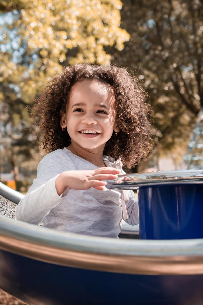 Portrait d'une petite fille souriante