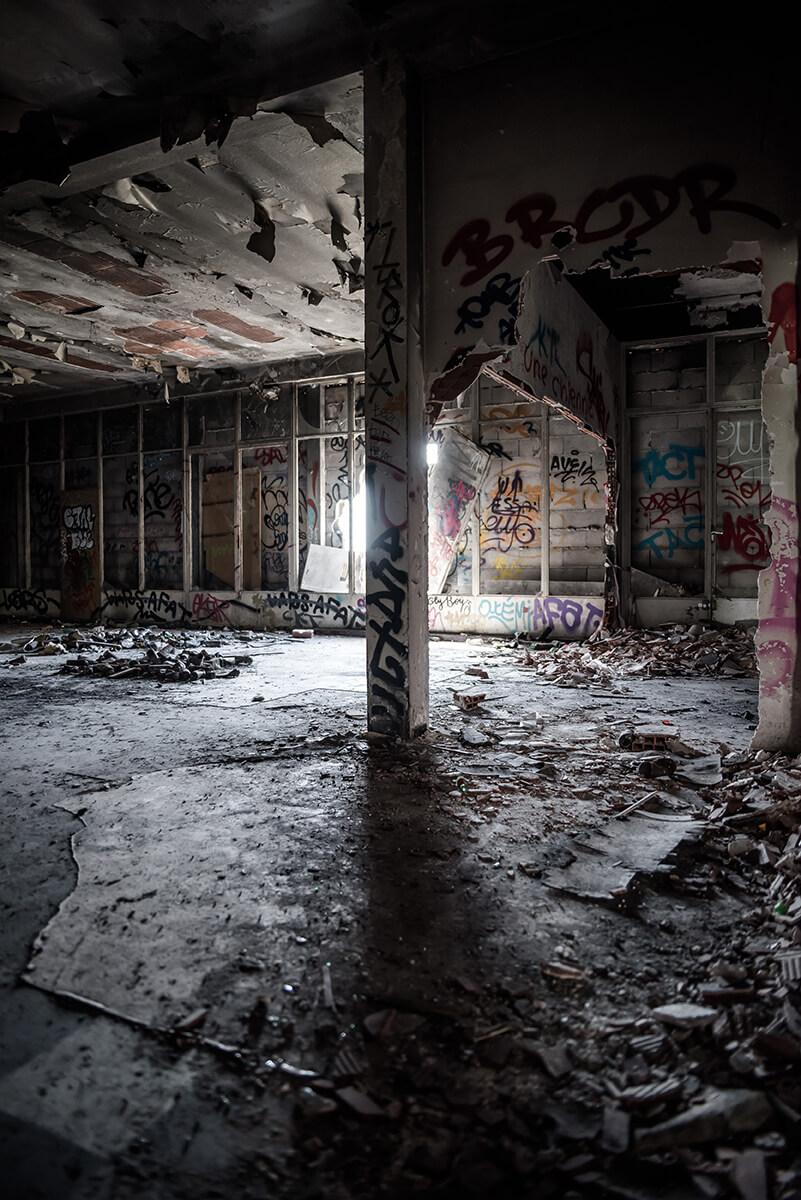 Une photographie prise à l'intérieur d'un hôpital abandonné à Toulouse.